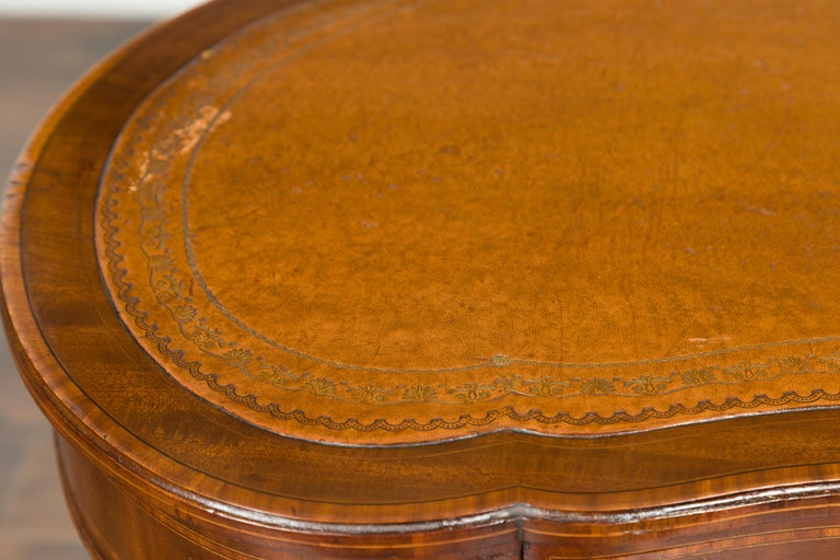 English 1880s Mahogany Kidney Table with Leather Top, Banding and Casters For Sale 1