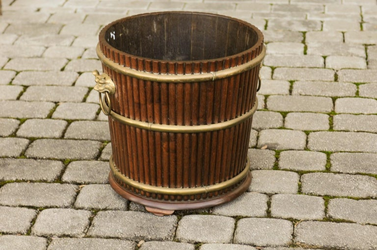 English 1880s Wood Bucket Planter with Reeded Motifs and Stylized Brass Bulls For Sale 4
