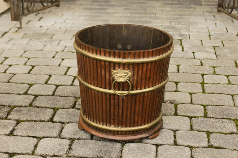 English 1880s Wood Bucket Planter with Reeded Motifs and Stylized Brass Bulls For Sale 5