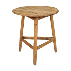 English 1890s Pine Cricket Table with Circular Top and Triangular Stretcher