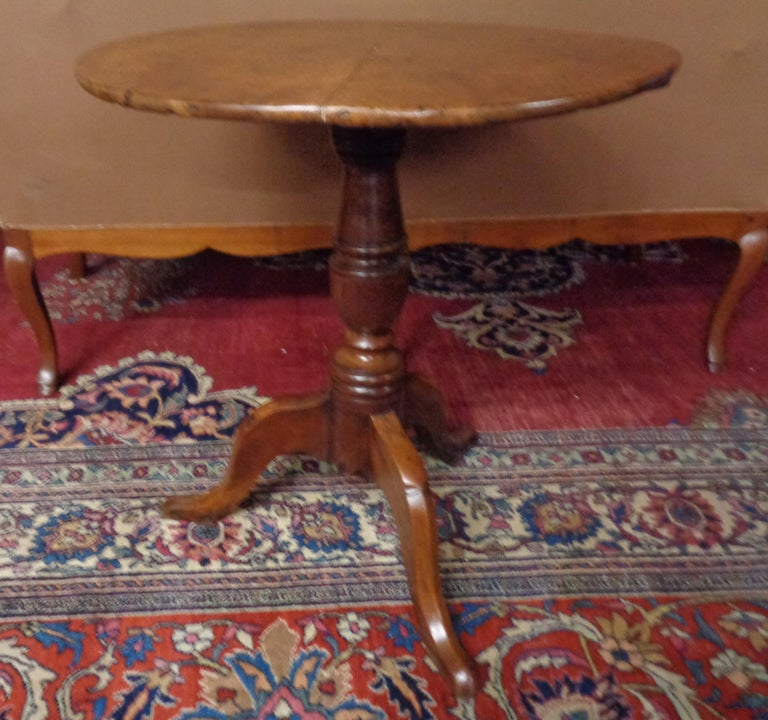 English 18th Century Burled Yew Wood Tripod Pedestal Table, circa 1780 In Good Condition For Sale In West Hollywood, CA