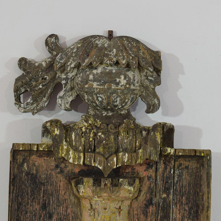 English 18th Century Primitive Oak Coat of Arms with Lions In Fair Condition For Sale In Amsterdam, NL