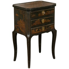 English 1900s Black Chinoiserie Bedside Table with Thin Drawers and Curving Leg