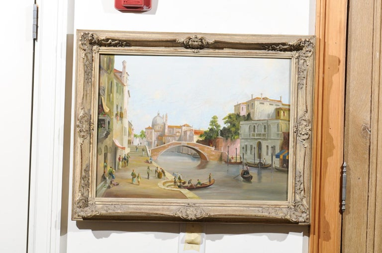 An English framed oil painting from the 19th century depicting a Venetian scene. Born in England during the 19th century, this charming oil painting depicts one of the many bridges that cross over the canals of the splendid Serenissima. Standing out