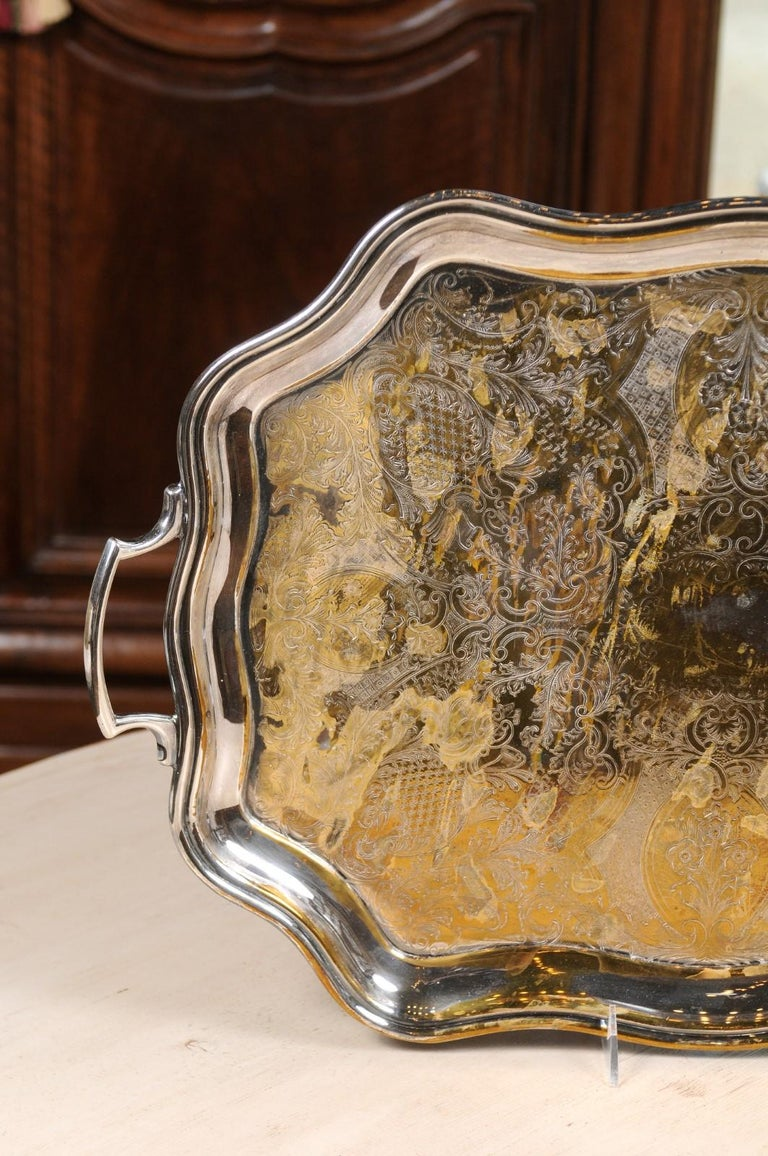 English 19th Century Silver Plate Tray with Chased Décor and Lateral Handles For Sale 1