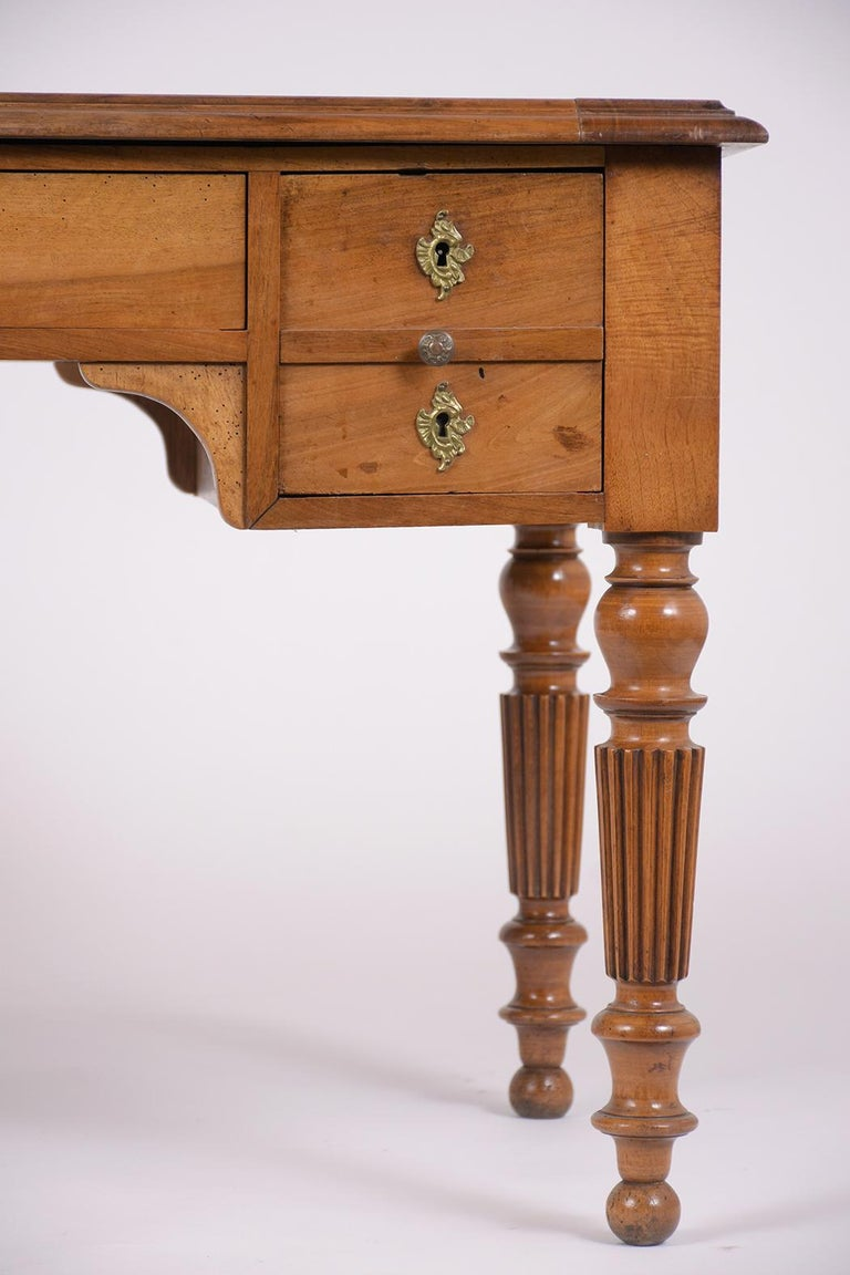 English 19th Century Walnut Desk For Sale 1