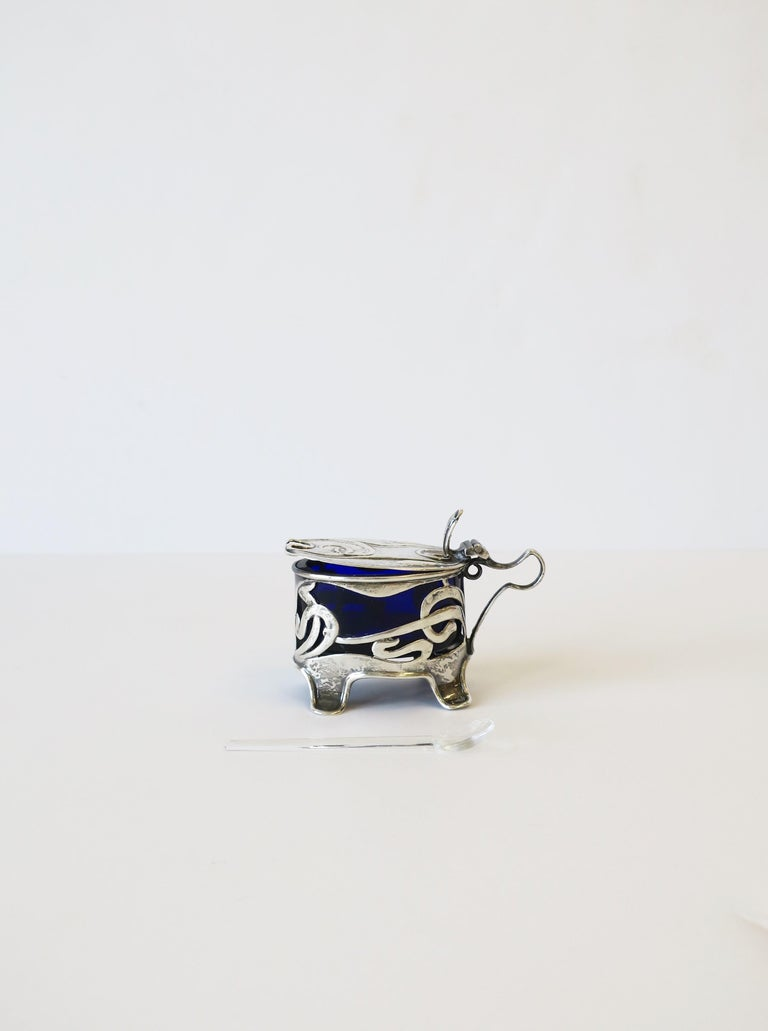 English Art Nouveau Sterling Silver Salt Cellar In Good Condition For Sale In New York, NY