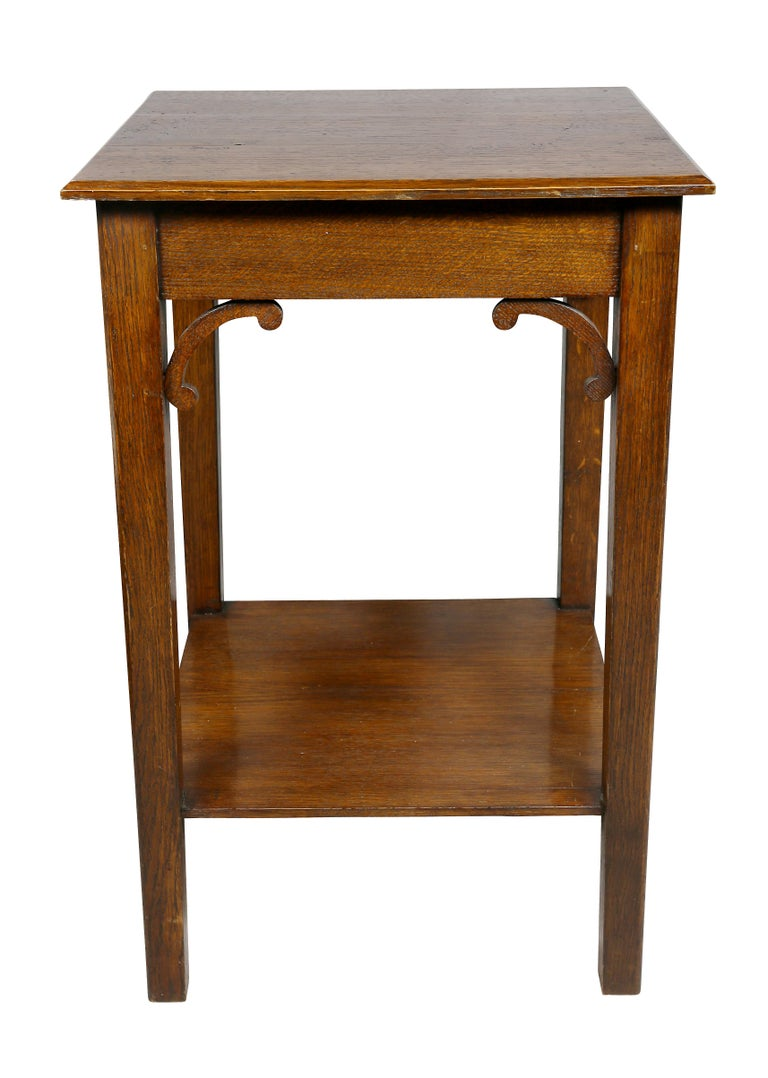 Early 20th Century English Arts and Crafts Oak End Table For Sale