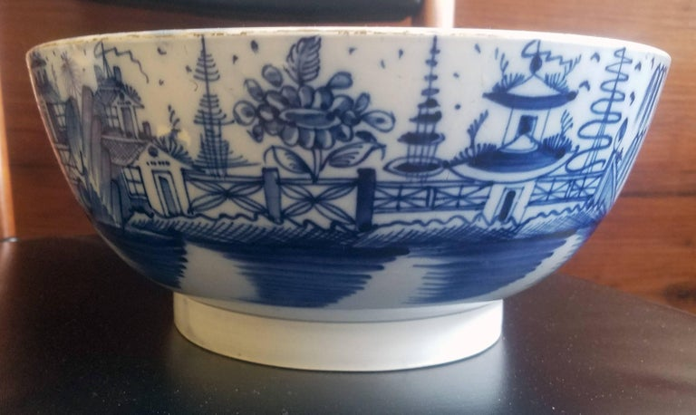 English Blue and White Pearlware Pottery Chinoiserie Bowl, 1790 In Good Condition For Sale In Maryknoll, NY