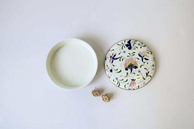 English Blue and White Porcelain Round Jewelry or Trinket Box For Sale 6
