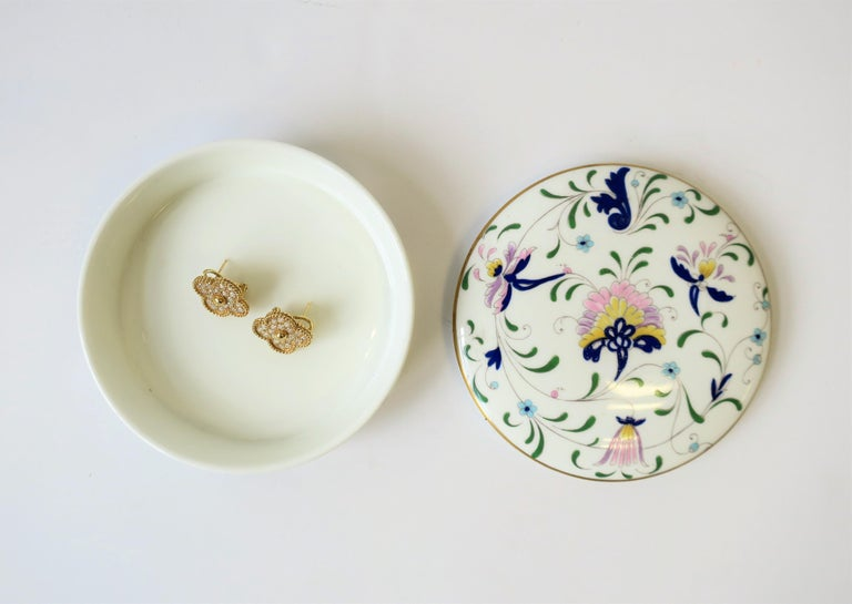 English Blue and White Porcelain Round Jewelry or Trinket Box For Sale 7