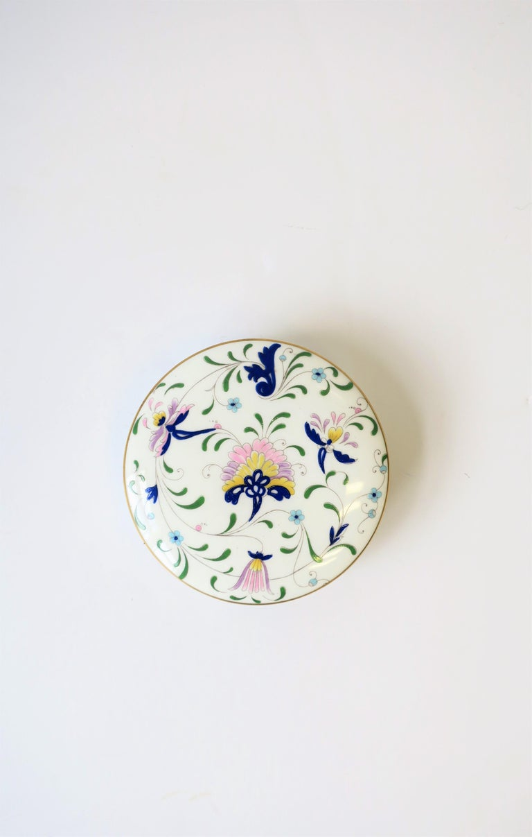 English Blue and White Porcelain Round Jewelry or Trinket Box In Excellent Condition For Sale In New York, NY