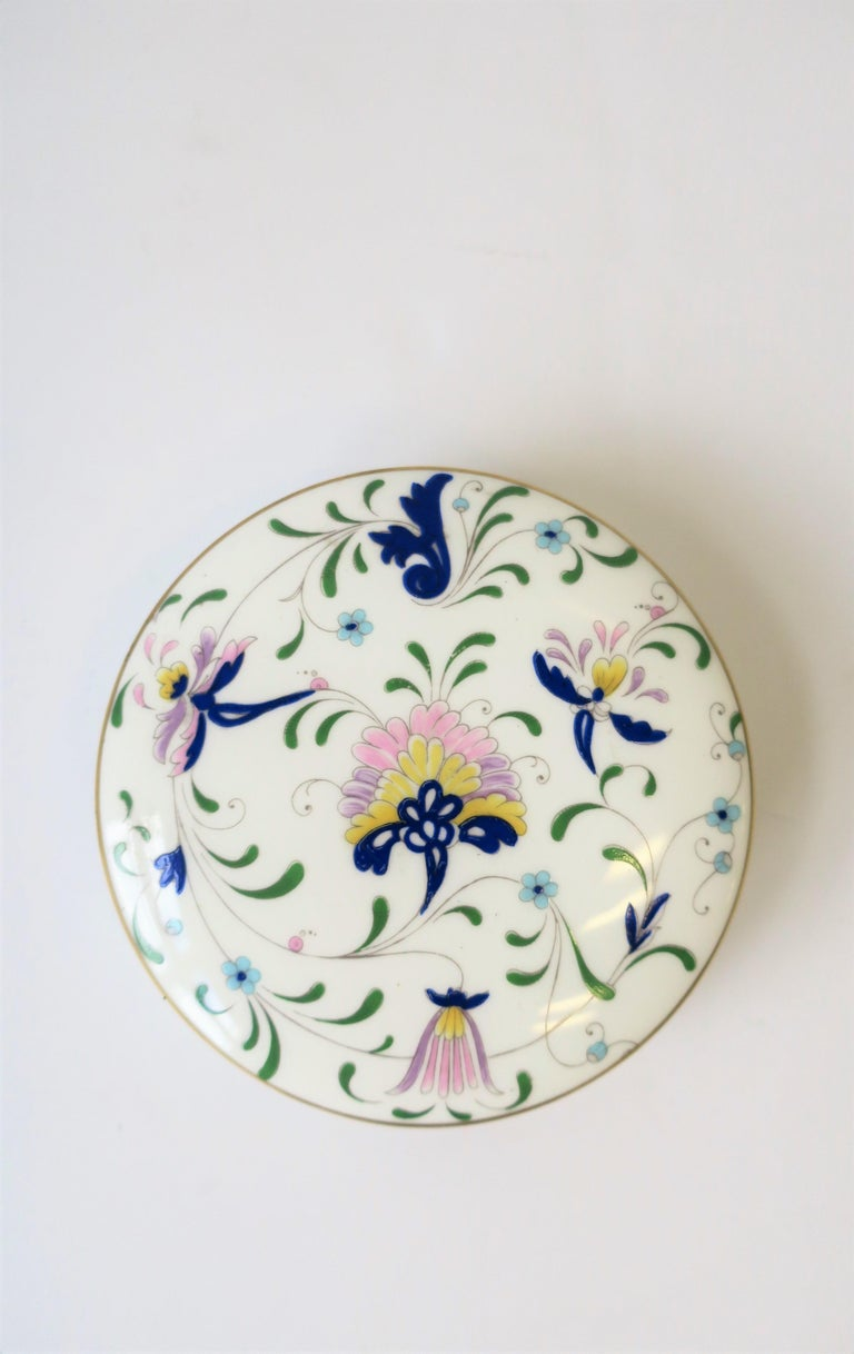 20th Century English Blue and White Porcelain Round Jewelry or Trinket Box For Sale