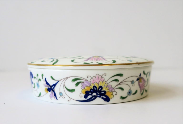 English Blue and White Porcelain Round Jewelry or Trinket Box For Sale 1