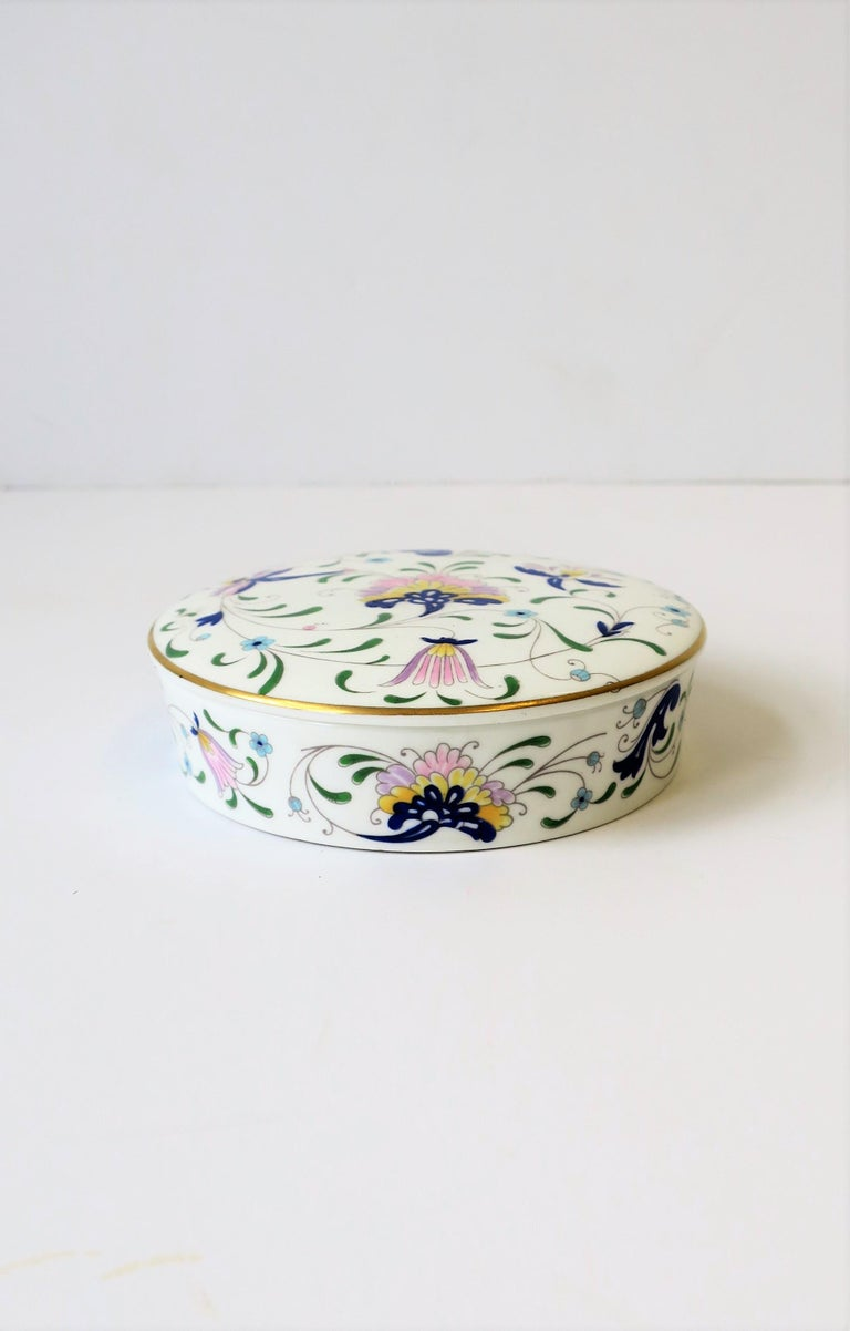 English Blue and White Porcelain Round Jewelry or Trinket Box For Sale 2