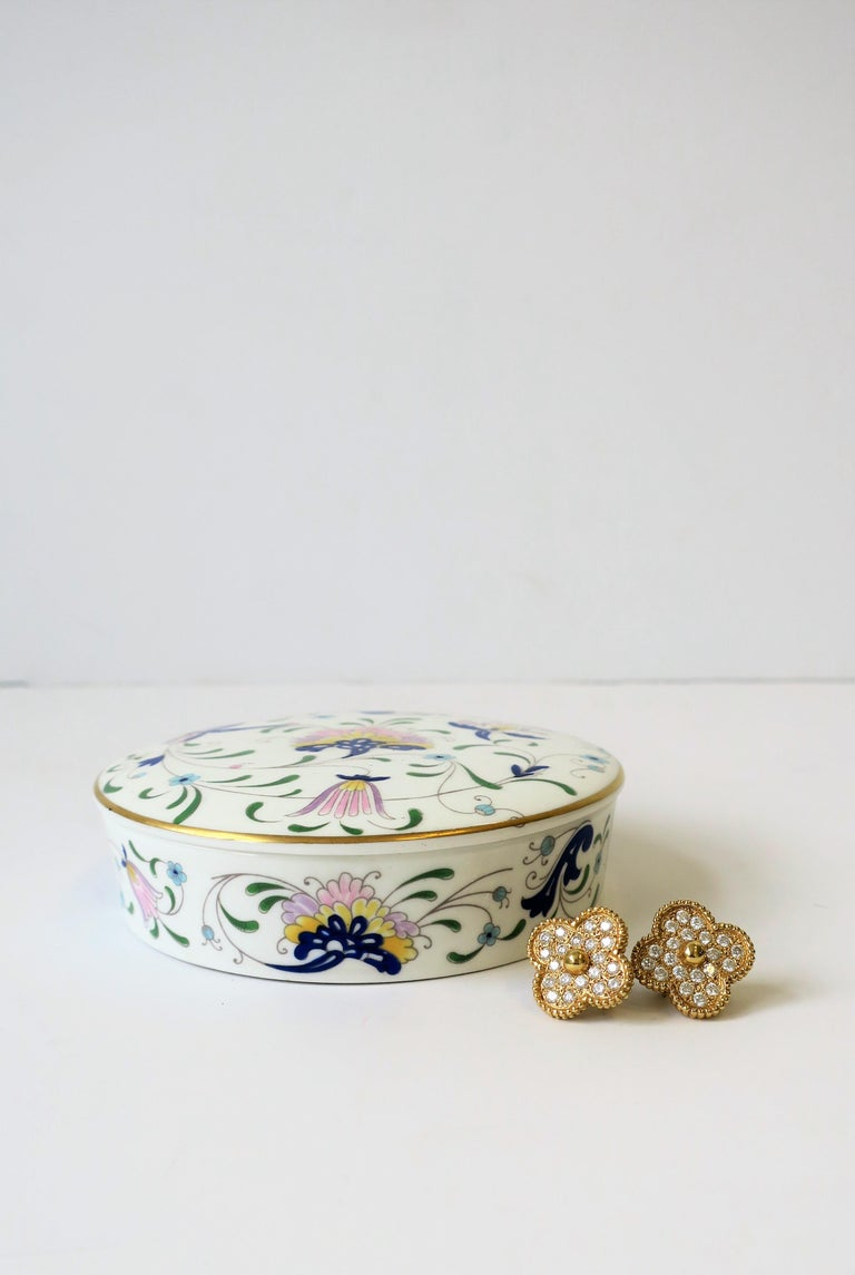 English Blue and White Porcelain Round Jewelry or Trinket Box For Sale 3