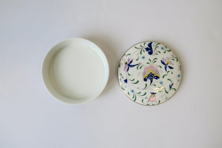 English Blue and White Porcelain Round Jewelry or Trinket Box For Sale 5
