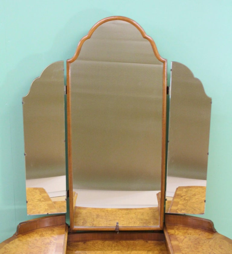 English Burr Walnut Kidney Shaped Dressing Table In Good Condition For Sale In Poling, West Sussex