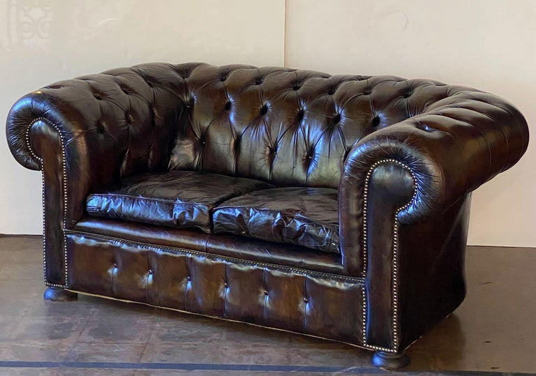 English Chesterfield Sofa of Tufted Leather In Good Condition For Sale In Austin, TX