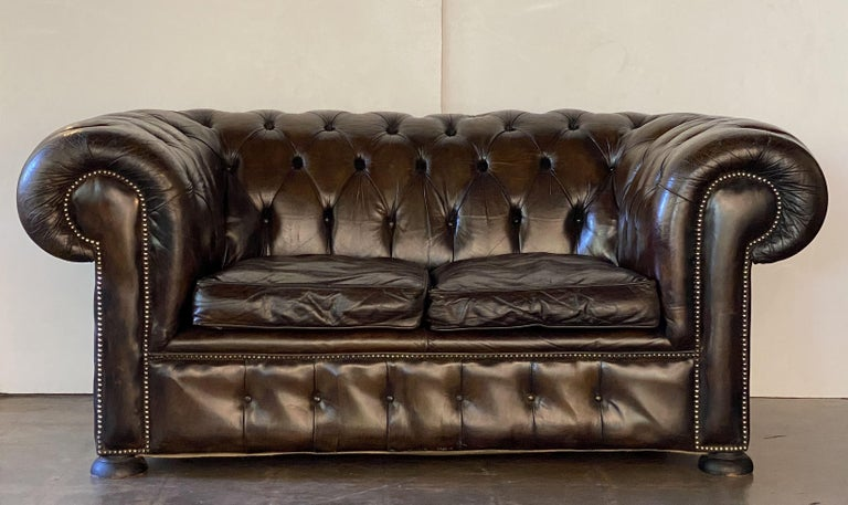 20th Century English Chesterfield Sofa of Tufted Leather For Sale