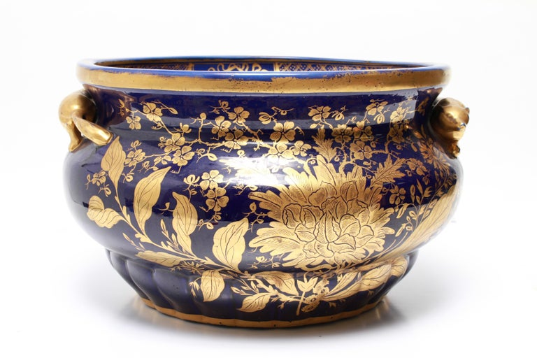 English Chinoiserie Cobalt & Gilt Jardiniere With Fox Handles In Good Condition For Sale In New York, NY