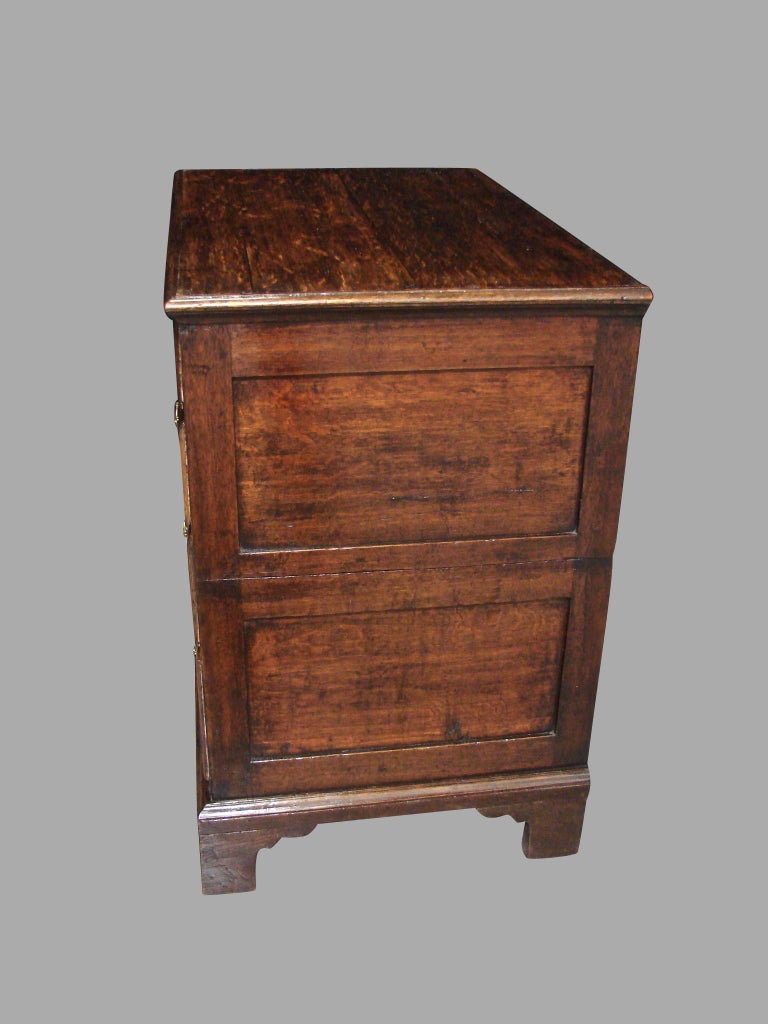 English George II Provincial Oak and Walnut 5-Drawer Chest For Sale 2