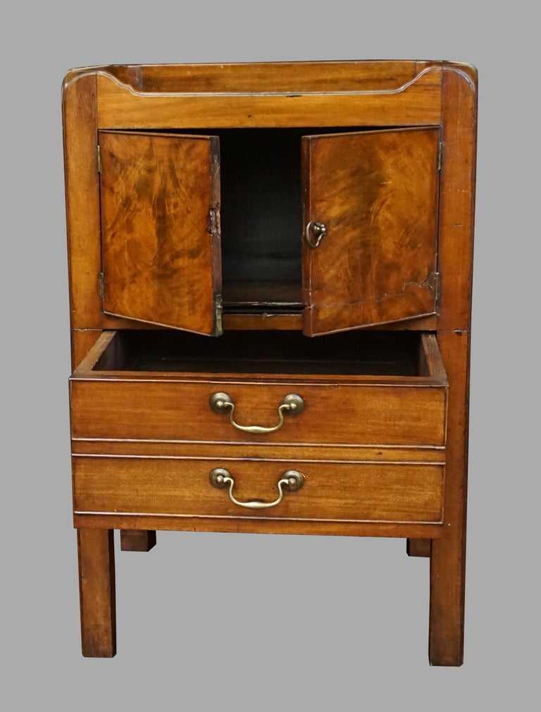 English George III Figured Mahogany Bedside Commode with Drawer In Good Condition For Sale In San Francisco, CA