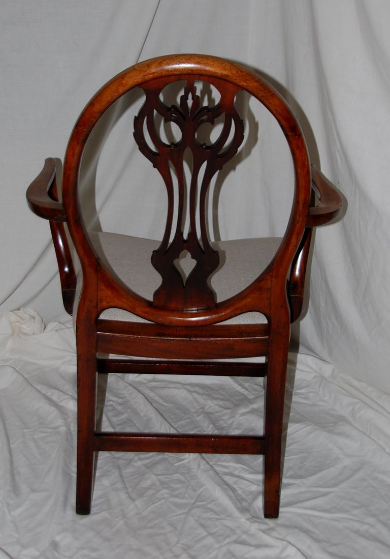 English Georgian Period Hepplewhite Armchair with Oval Back and Carved Splat In Good Condition For Sale In Wells, ME