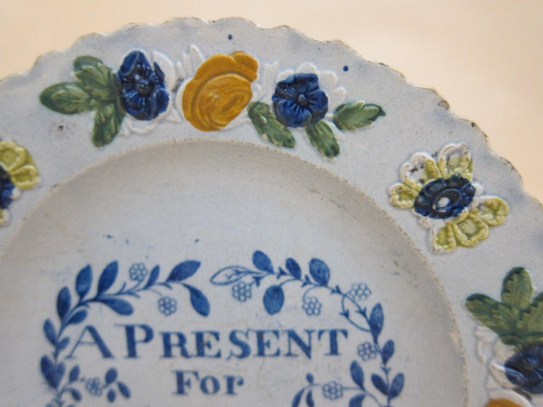 English Glaze Pearlware Present for Hannah Plate Decorated with Floral Flower In Good Condition For Sale In London, GB