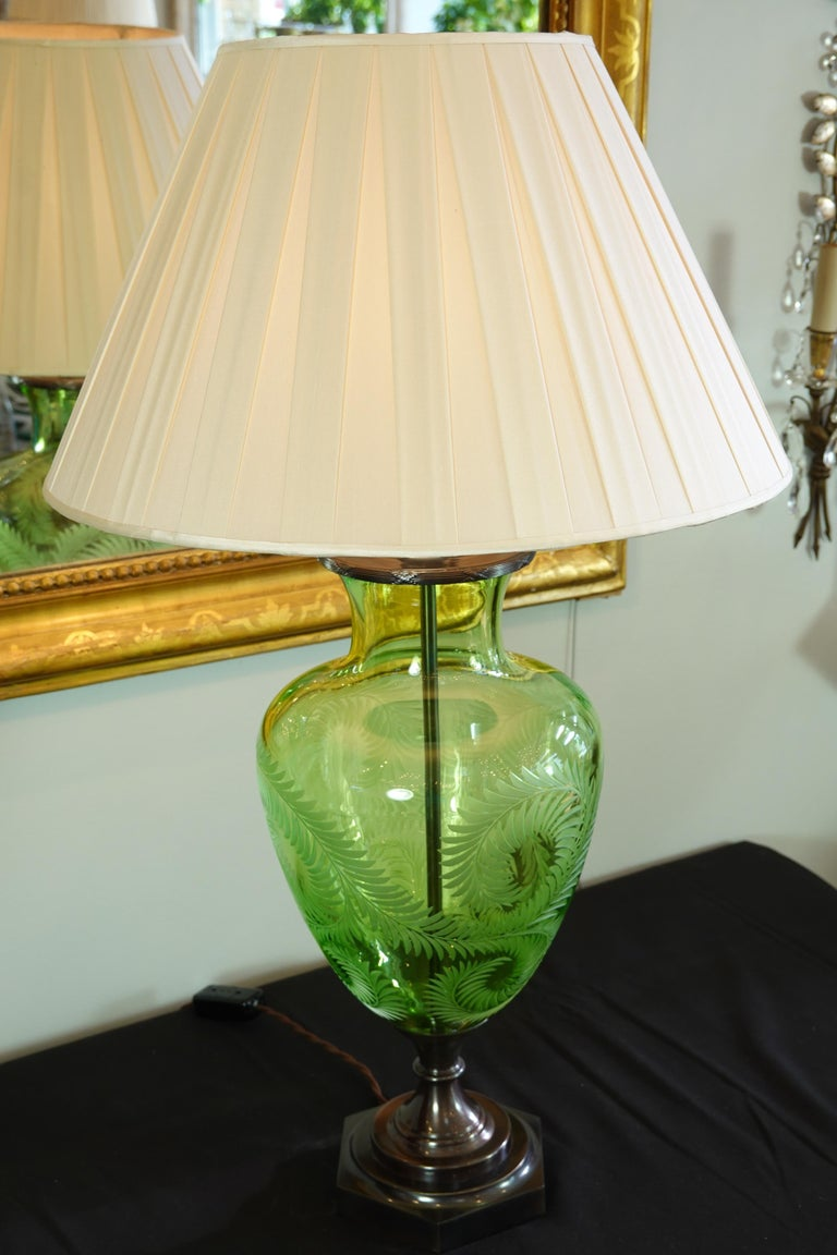 English Green Crystal Urn Form Lamp with Etched Fern Design by Lucy Cope For Sale 4