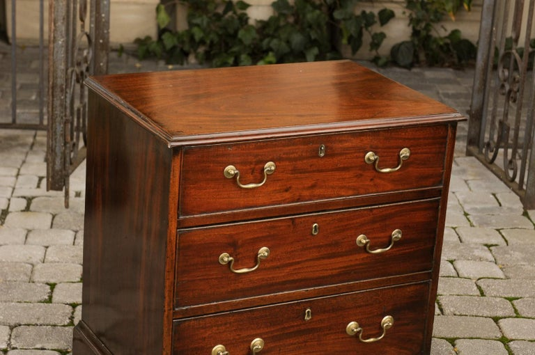English Mahogany Bachelor's Chest with Three Graduated Drawers, Mid-19th Century 5