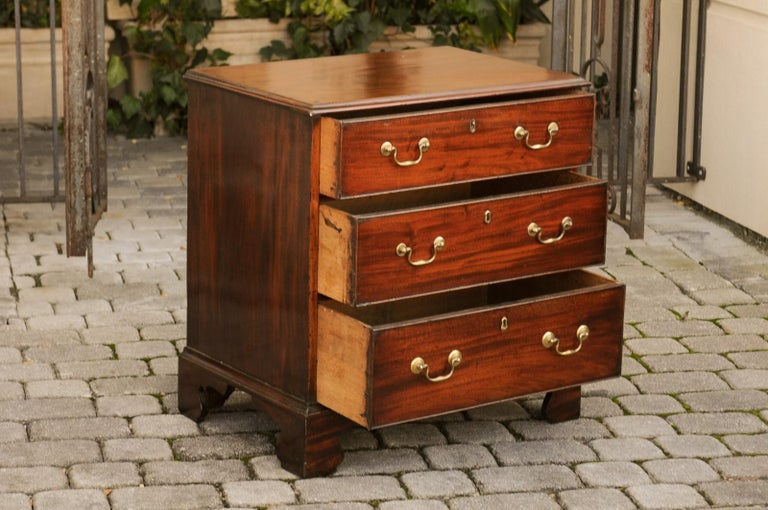 English Mahogany Bachelor's Chest with Three Graduated Drawers, Mid-19th Century 7
