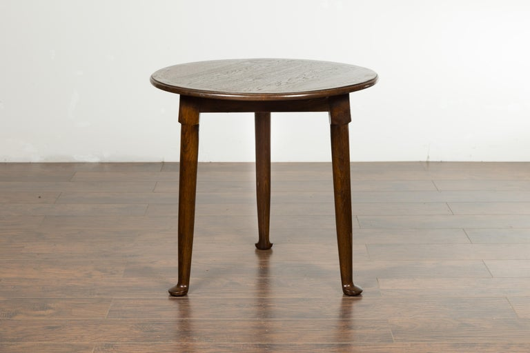 English Midcentury Oak Side Table with Round Top, Cylindrical Legs and Pad Feet 3