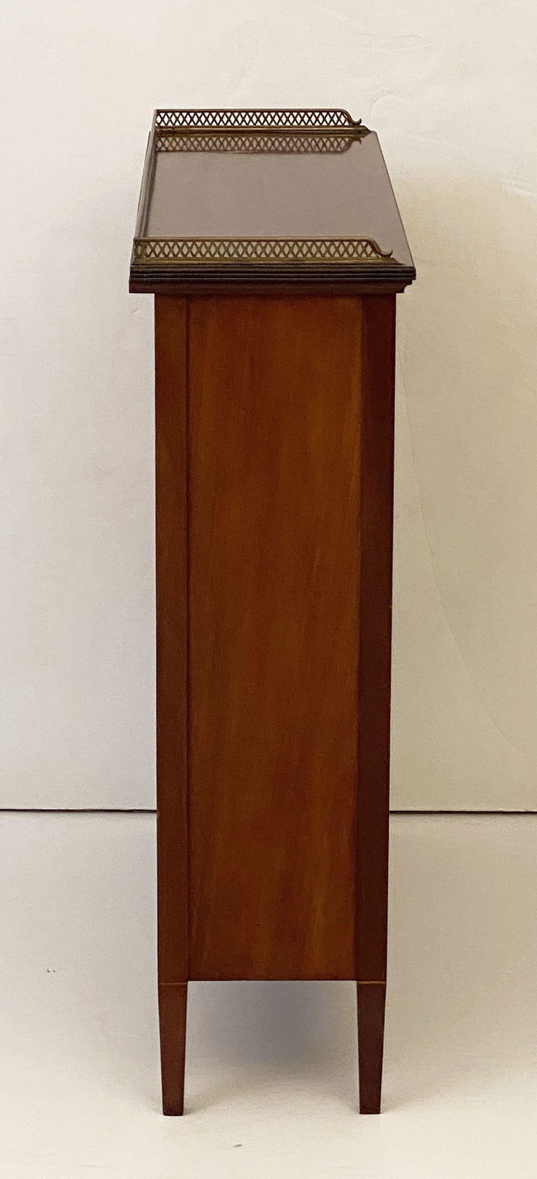 English Open Bookcase of Inlaid Mahogany from the Edwardian Period For Sale 5