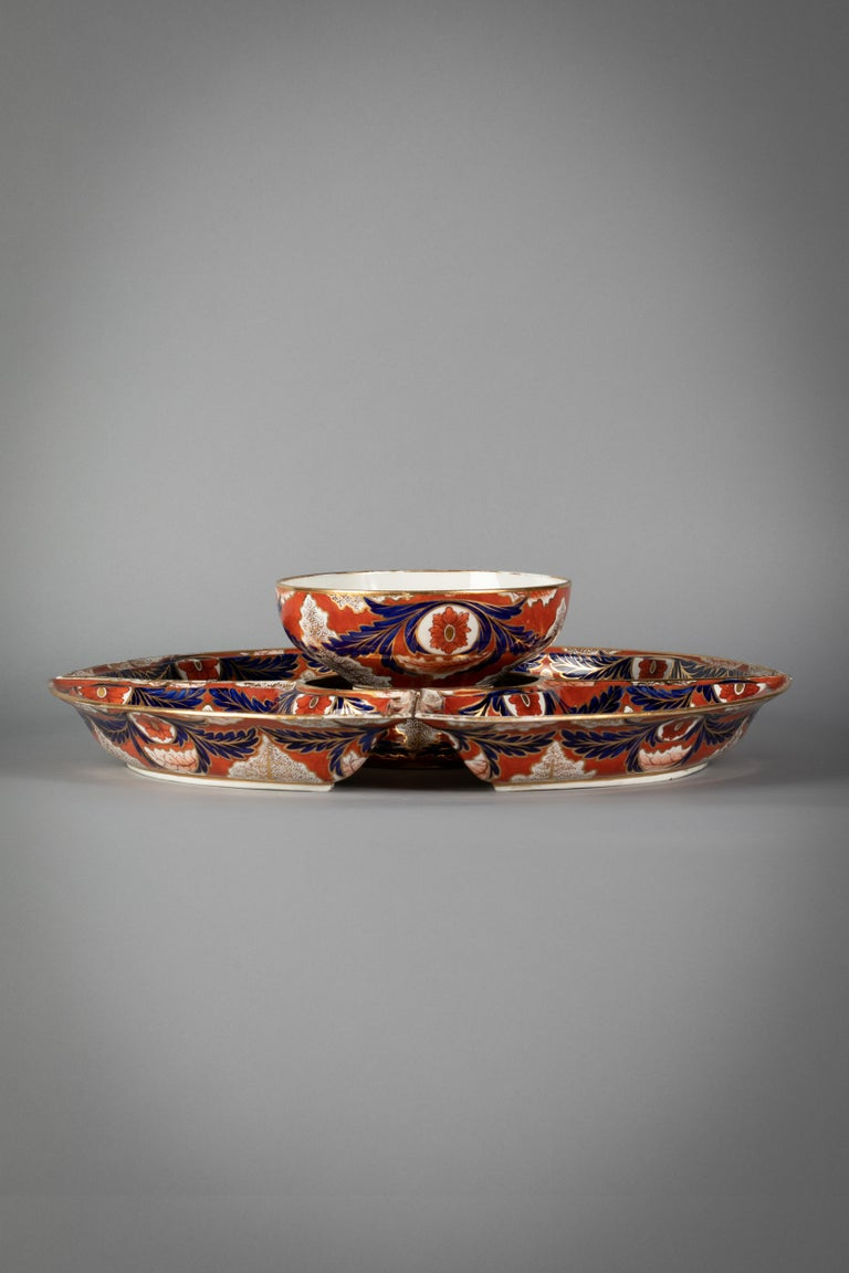 Decorated in an especially strong and vibrant pallet. Featuring a central covered tureen and surrounding four covered entree dishes.