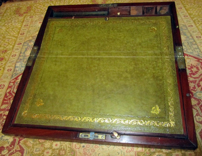 English Regency Walnut Travelling Lap Desk Box with Secret Compartment In Good Condition For Sale In Savannah, GA