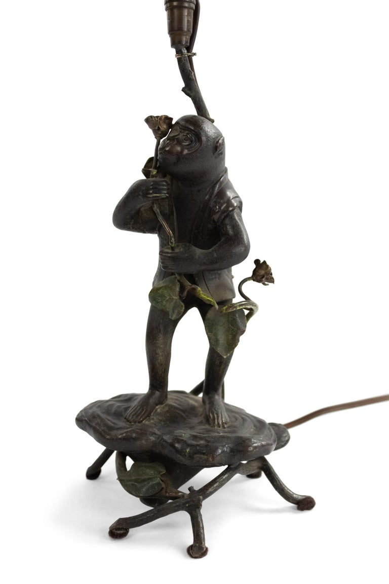 English Victorian Bronze Monkey Table Lamp In Good Condition For Sale In New York, NY
