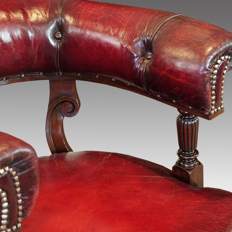 English Victorian Mahogany Swivel Desk Chair by James Shoolbred, circa 1885 In Good Condition In Salisbury, Wiltshire