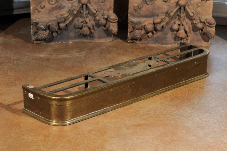 English Victorian Period Brass Fireplace Fender from the Late 19th Century For Sale 3