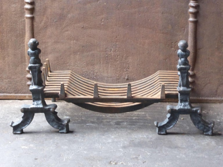 English Victorian style fireplace basket or fire basket. The fireplace grate is made of cast iron and wrought iron. The total width of the front of the grate is 32 inch (81 cm).
