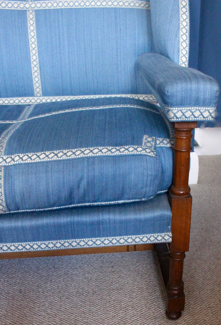 English Walnut Settee by Morant & Co., Bond Street, Provenance Cowdray Park In Excellent Condition For Sale In Heathfield, East Sussex
