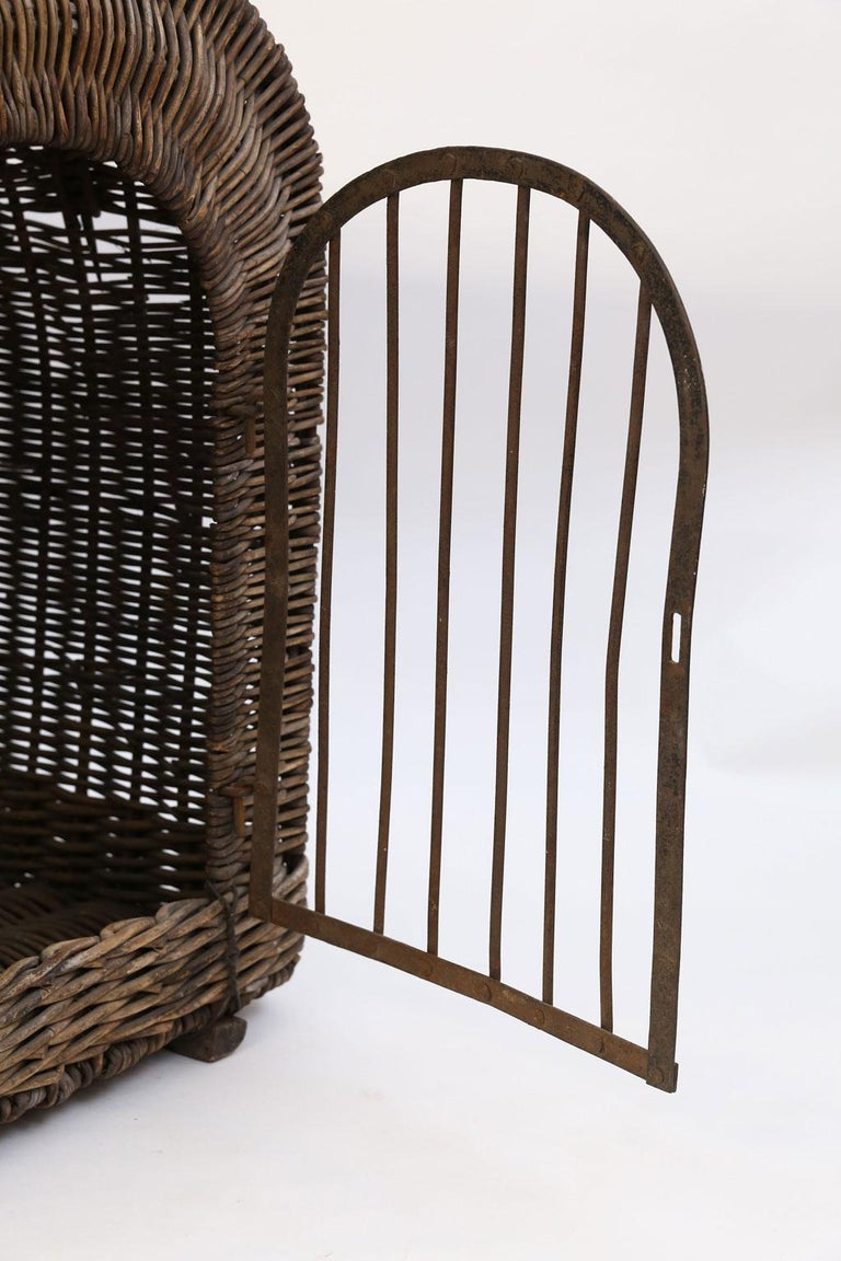 English Brown Wicker Dog Kennel Basket In Good Condition For Sale In Houston, TX