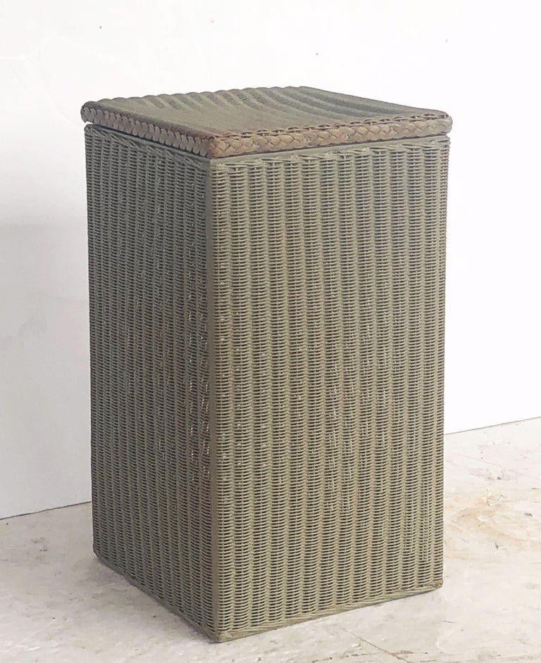 English Wicker Garden Square Linen Hamper by Lloyd Loom In Excellent Condition For Sale In Austin, TX