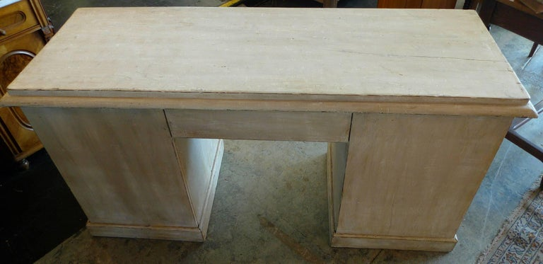English Painted Knee-Hole Writing Desk with 9 Drawers and Original Hardware For Sale 3