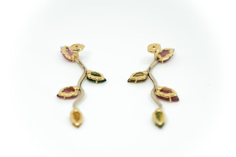 18K White and Yellow Gold Earrings Set with Engraved Tourmalines and Diamonds In New Condition For Sale In Paris, FR