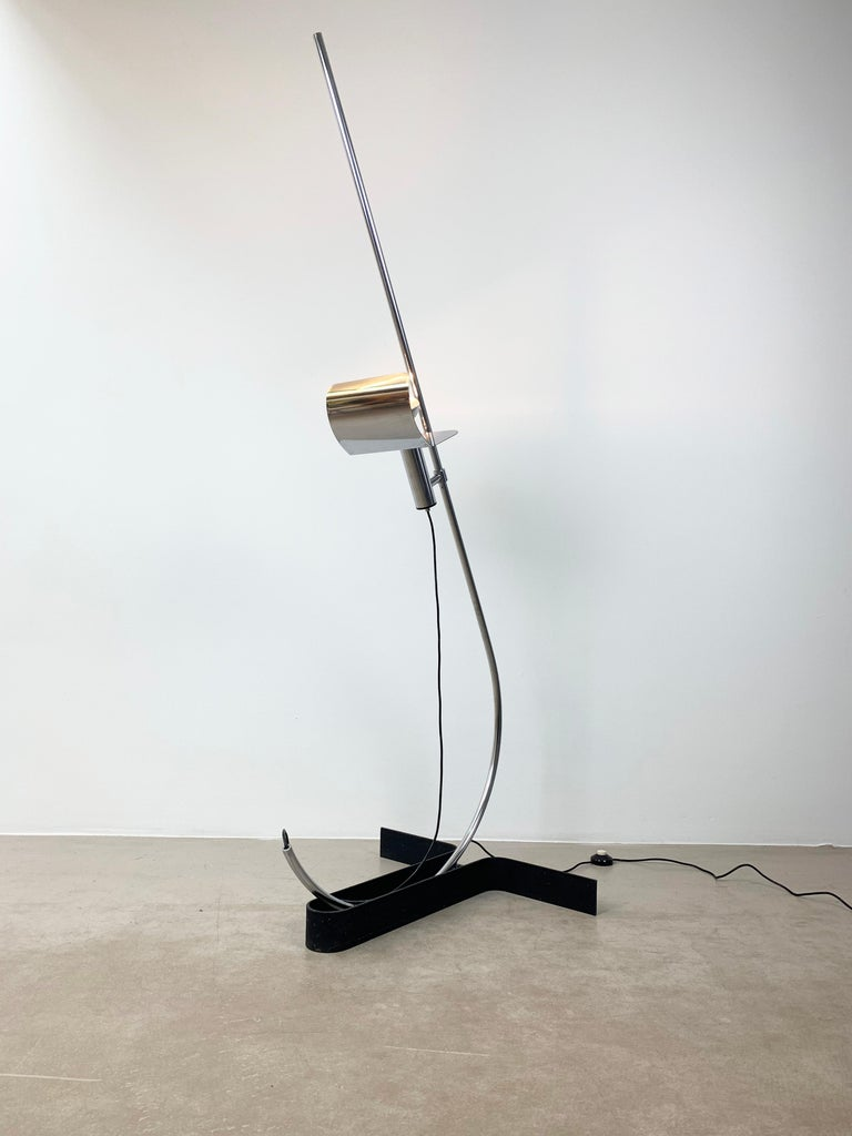 This vintage chrome floor lamp was designed during the 1970s by Ennio Chiggio and manufactured in Italy by Lumenform. The base is made from painted iron while the stem and the shade are from chromed steel. It remains in an excellent vintage