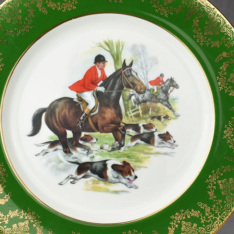 Equestrian Hunting Scene Plate in Green and Gold In Excellent Condition For Sale In Oklahoma City, OK