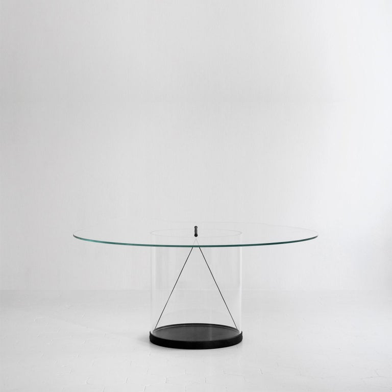 The core of the round table is represented by the transparency of its main elements: the acrylic cylinder and the glass top. This configuration aims to make the structure disappear, allowing the central geometry of the connection to stand out,
