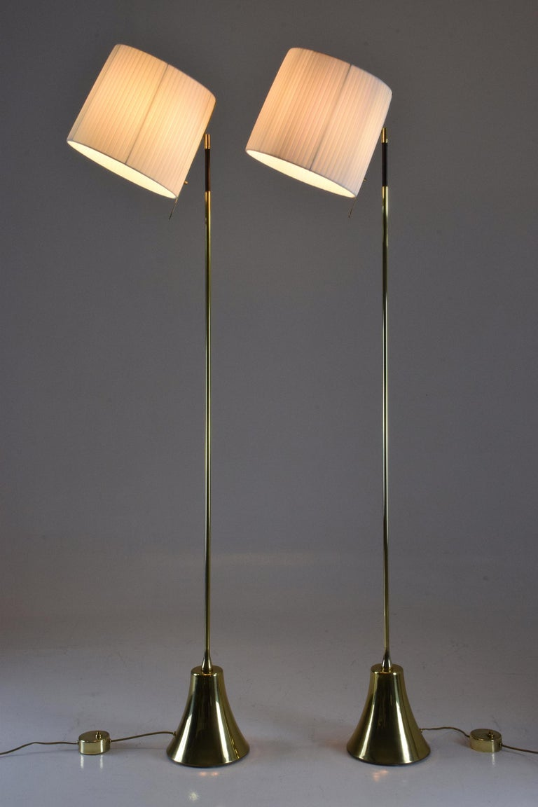 Equilibrium-VII Tall Brass Articulating Floor Lamp, Flow Collection In Excellent Condition For Sale In Paris, FR