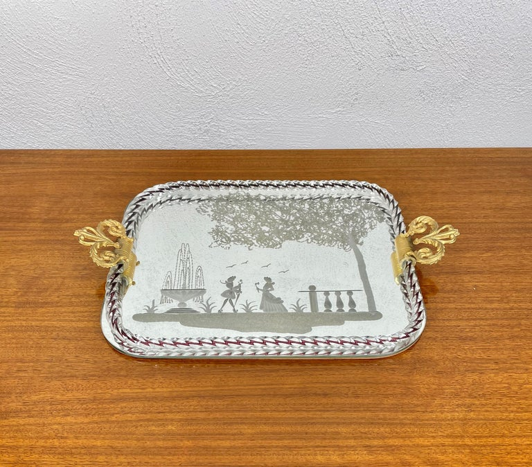 Midcentury mirror-engraved Murano glass serving tray. This wonderful piece was produced in Italy during 1940s by the master Murano glass-maker of Ercole Barovier. This wonderful item is a peculiar Venetian vintage tray with a mirror base and gilded